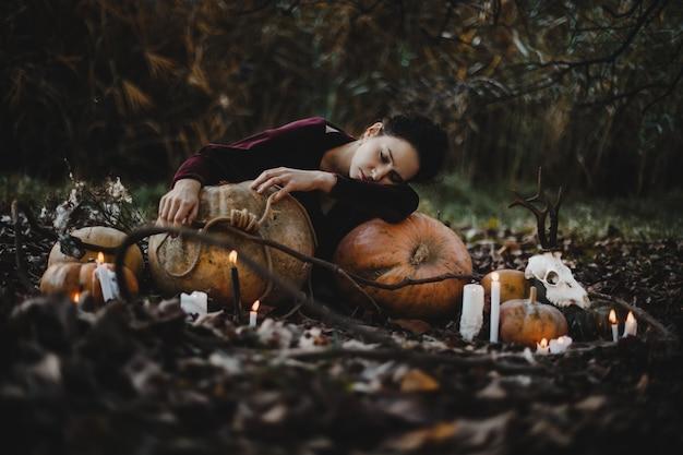 Décor d'halloween. une femme ressemble à une sorcière en train de rêver Photo gratuit
