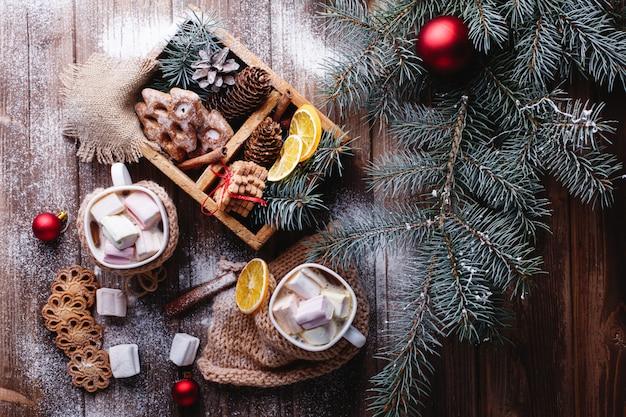 Décor de noël et du nouvel an. deux tasses de chocolat chaud, biscuits à la cannelle Photo gratuit