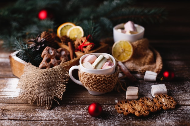 Décor de noël et du nouvel an. deux tasses de chocolat chaud, biscuits à la cannelle Photo gratuit