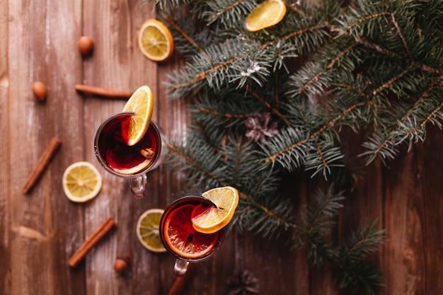 Décor de noël et du nouvel an. deux tasses de vin chaud aux oranges Photo gratuit