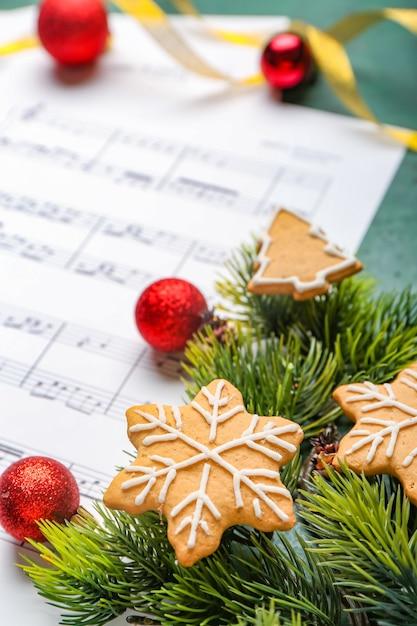 Décor De Noël Et Feuille De Musique Avec Des Notes Photo Premium