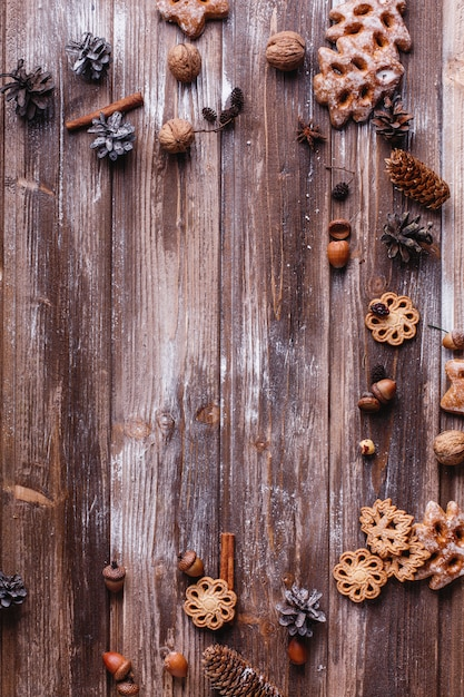 Décor de noël et lieu pour le texte. les biscuits, les branches de cannelle et les cônes forment un cercle Photo gratuit
