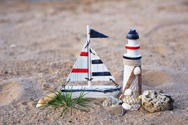 Décoratif de phare, navigue sur la plage Photo Premium