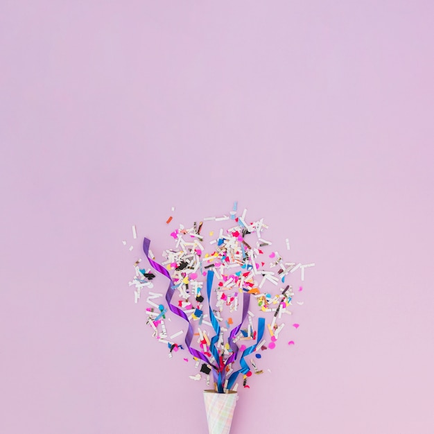 Décoration D'anniversaire Avec Des Confettis Photo Premium