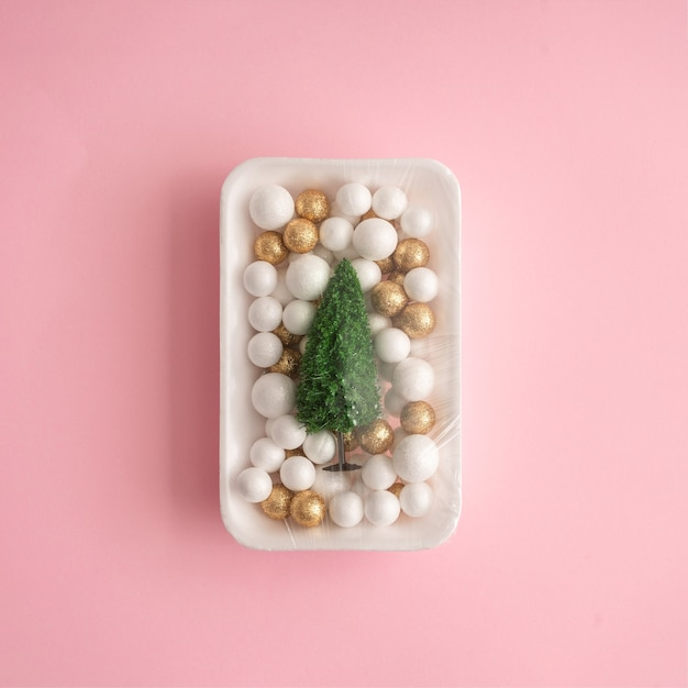 Décoration D'arbre De Noël Et De Boule Emballée Dans Une Pellicule Plastique. Photo Premium