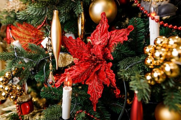 Décoration d'arbre de noël élégante dans des tons rouges et dorés Photo Premium
