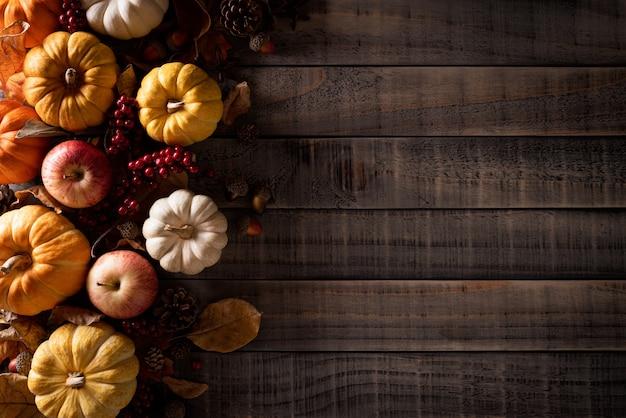 Décoration d'automne sur vieux bois. Photo Premium