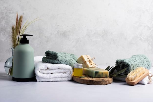 Décoration de bain avec une bouteille de savon et une serviette Photo gratuit