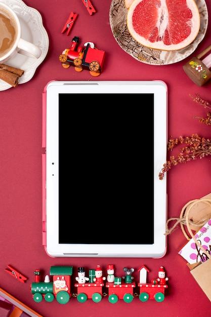 Décoration et cadeau de noël. café parfumé du matin et pétales de rose. vue de dessus. différents sujets sur fond rouge. espace copie, mise à plat, Photo Premium