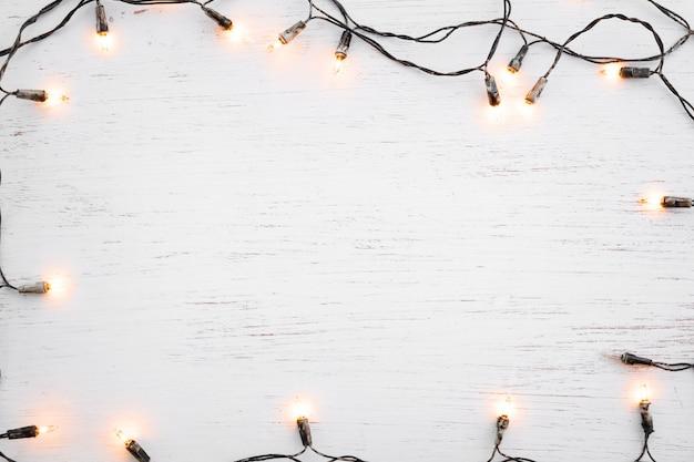 Décoration De Cadre Ampoule Lumières De Noël Sur Bois Blanc. Joyeux Noël Et Nouvel An Fond De Vacances. Vue De Dessus Photo Premium