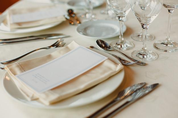 Décoration des centres de table d'un mariage avec les couverts et les détails vintage. Photo Premium