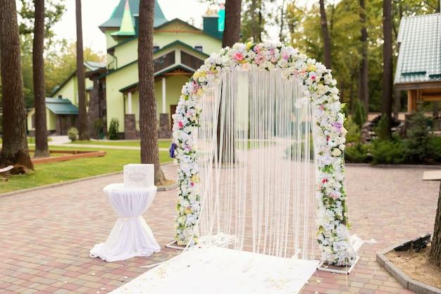 Décoration De Cérémonie De Mariage. Arc Blanc Avec Concept De Fleurs. Fermer. Photo Premium
