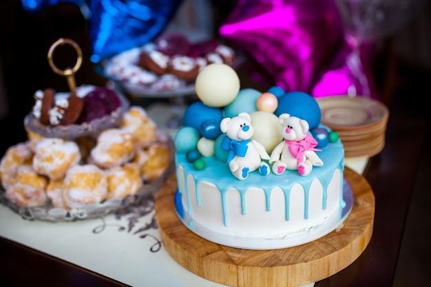 Décoration colorée d'un gâteau d'anniversaire de première année Photo Premium
