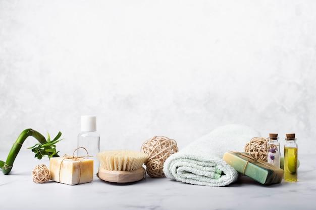 Décoration avec du savon et des huiles pour le bain Photo gratuit