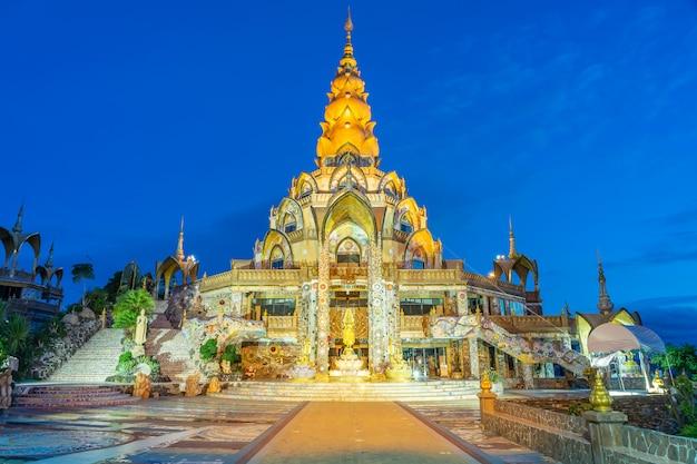 Décoration des environs grande pagode principale du temple de wat phra that pha son kaew à phetchabun thaïlande Photo Premium