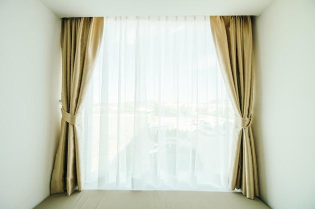 Décoration de fenêtre avec rideau Photo gratuit