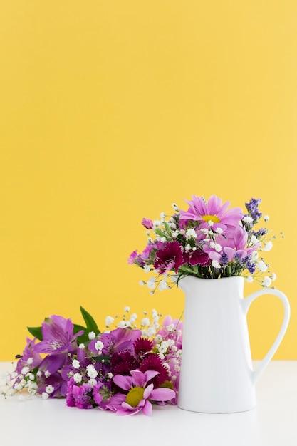 Décoration Avec Fleurs Violettes Et Fond Jaune Photo gratuit