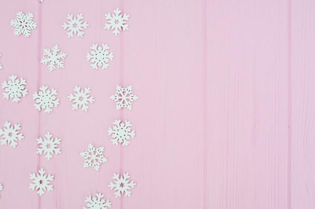 Décoration De Flocons De Neige De Noël Blanc Sur Bois Rose Photo Premium