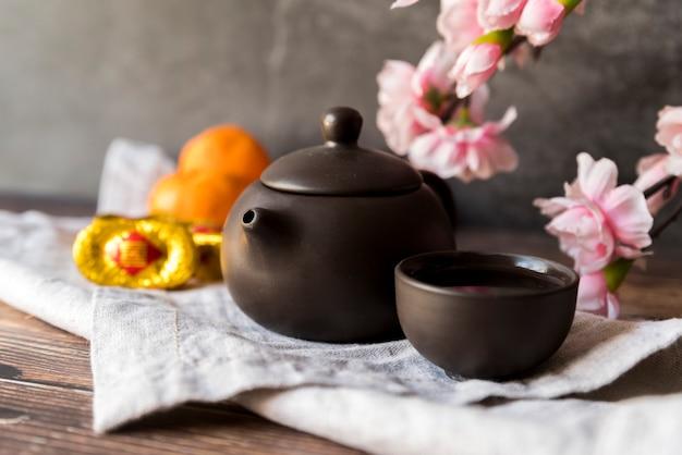 Décoration florale du nouvel an chinois avec thé Photo gratuit