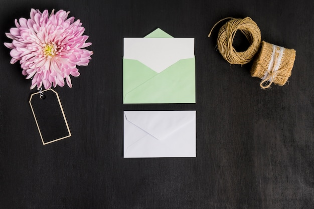 Décoration Florale Avec Feuilles De Papier Et Enveloppe Photo gratuit