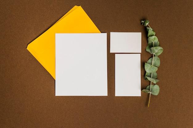 Décoration Florale Avec Trois Feuilles De Papier Photo gratuit