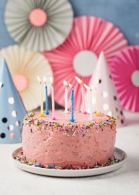 Décoration Avec Gâteau Rose Pour La Fête D'anniversaire Photo gratuit