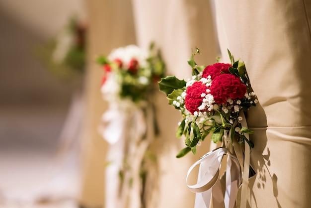 Décoration de mariage sur les chaises Photo Premium
