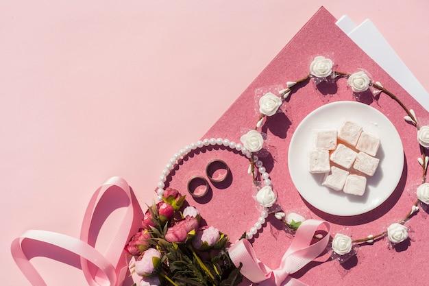 Décoration De Mariage Rose Avec Couronne De Fleurs Et Espace De Copie Photo gratuit
