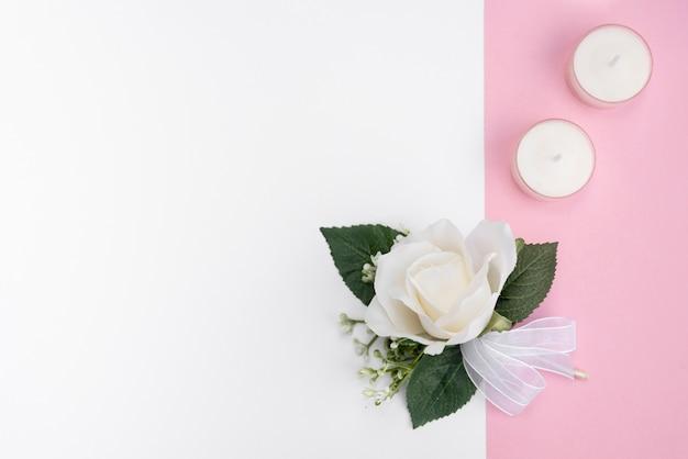 Décoration de mariage vue de dessus avec rose blanche Photo gratuit