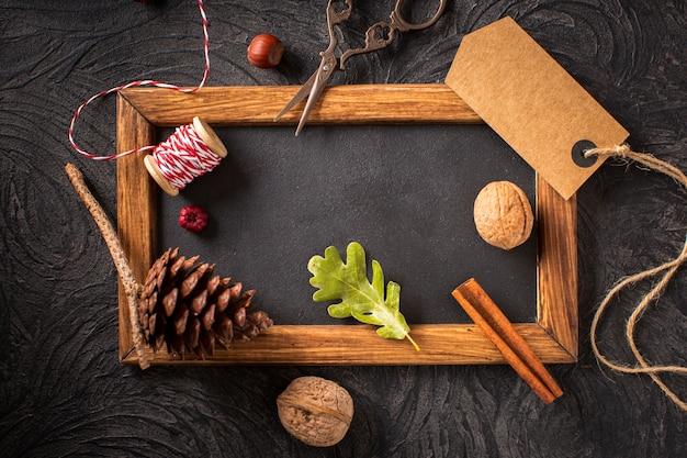 Décoration naturelle avec cadre en bois Photo gratuit