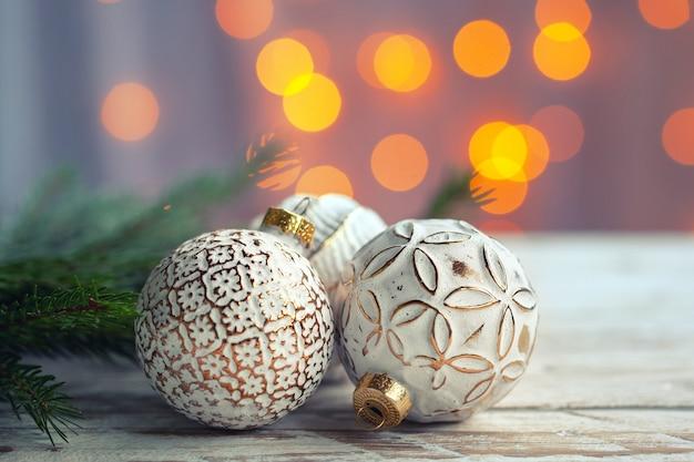 Décoration De Noël Avec Des Boules De Noël Dorées Photo Premium