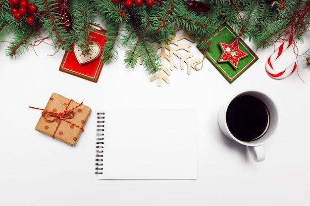Décoration de noël branches de pin cadeaux plat poser Photo Premium