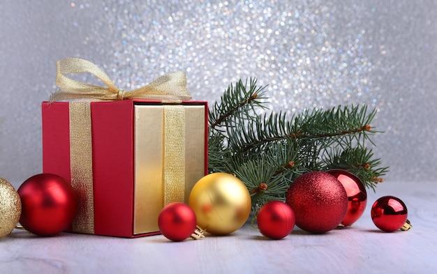 Décoration de noël avec des cadeaux et boule rouge avec des branches de sapin Photo Premium