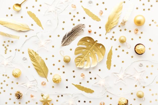 Décoration de noël dorée sur blanc Photo Premium