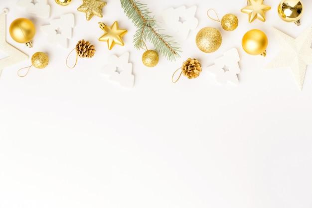 Décoration de noël dorée sur blanc