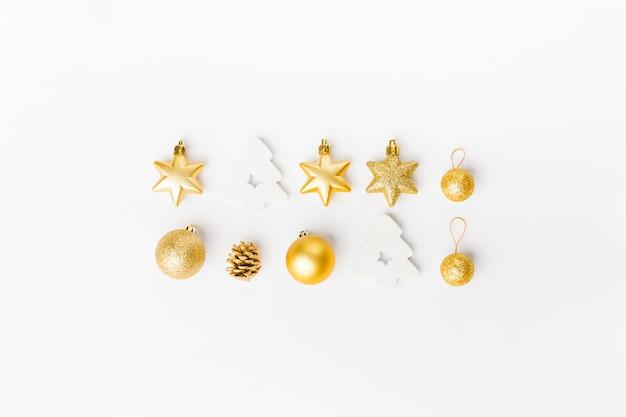Décoration de noël dorée sur blanc Photo gratuit