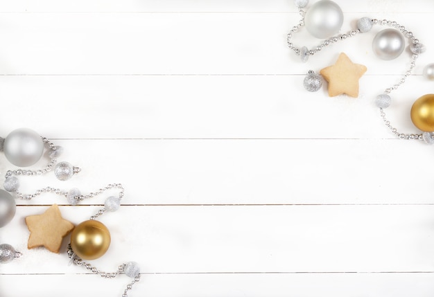 Décoration De Noël Faite De Boules D'argent, De Perles, De Cônes Et De Biscuits Sur Une Surface En Bois Blanche Photo Premium