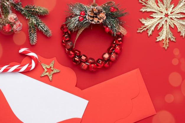 Décoration De Noël Sur Fond Rouge Avec Des Flocons De Neige Et Une Petite Guirlande De Noël Au Centre Photo Premium