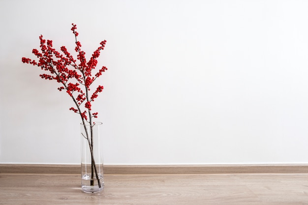 Décoration de noël ilex verticillata ou winterberry holly en bouteille de verre Photo Premium