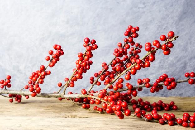 Décoration de noël ilex verticillata ou winterberry houx sur le vieux bois Photo Premium