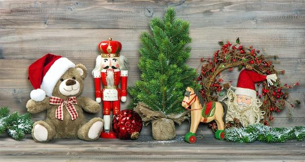 Décoration de noël. jouets anciens nounours et casse-noisette Photo Premium