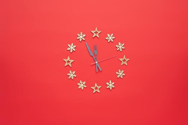 Décoration De Noël Sous La Forme D'une Horloge Sur Fond Rouge Photo Premium