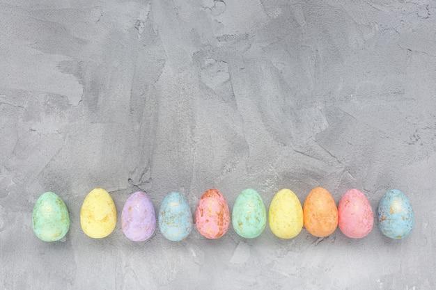 Décoration oeufs multicolores sur gris Photo Premium