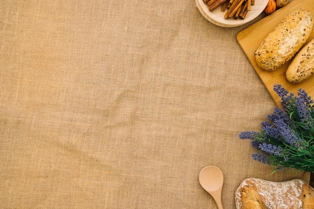 Décoration de pain sur tissu avec espace à gauche Photo gratuit