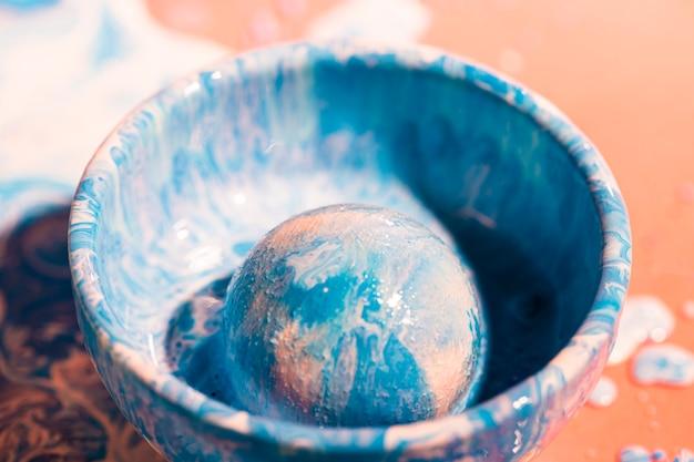 Décoration avec de la peinture bleue et blanche dans un bol Photo gratuit