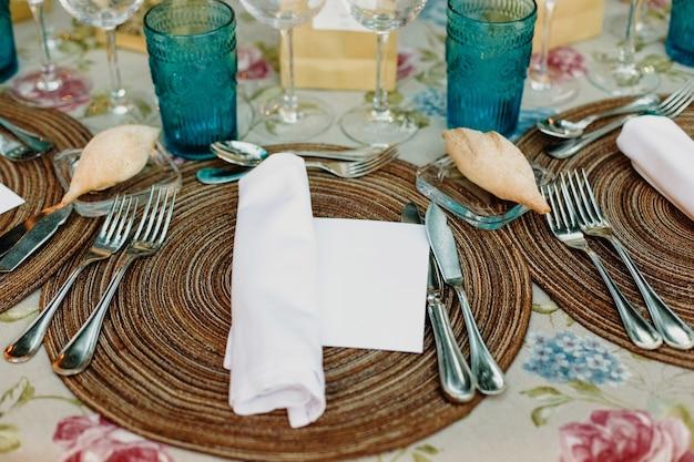 Décoration des pièces maîtresses d'un mariage avec les couverts et les détails vintage. Photo Premium