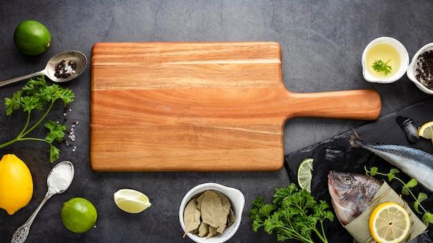 Décoration plate avec planche à découper et poisson Photo gratuit