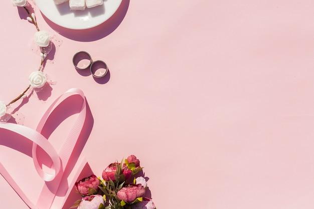 Décoration Rose Avec Objets De Mariage Et Espace De Copie Photo gratuit