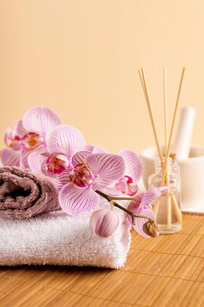 Décoration de spa avec des bâtons parfumés et des fleurs Photo gratuit