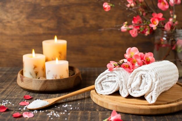 Décoration de spa avec des bougies allumées et des serviettes Photo gratuit